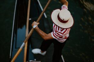 Une touche plus élégante avec un chapeau de paille