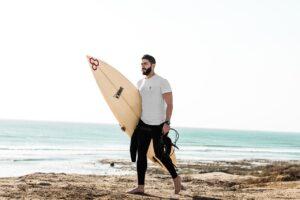 Les accessoires indispensables pour apprendre à surfer